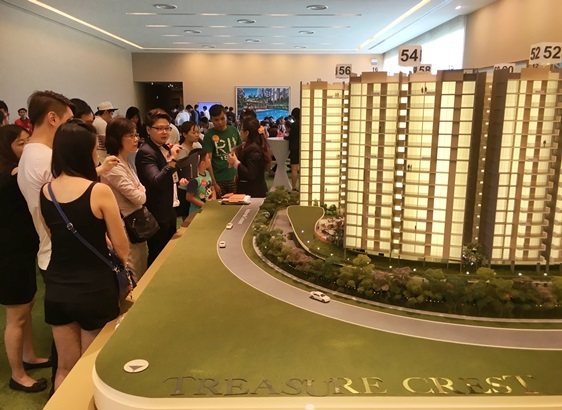 Crowds viewing the model of Treasure Crest EC resize