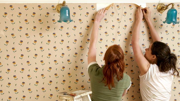 Sebenarnya, penggantian kertas dinding memerlukan perhatian khusus. Terlihat mudah, tapi jika tidak tepat dapat menyisakan lem dan bekas