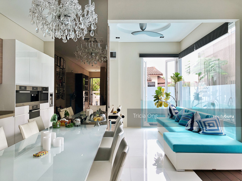 High Ceiling And Bright Semi D With