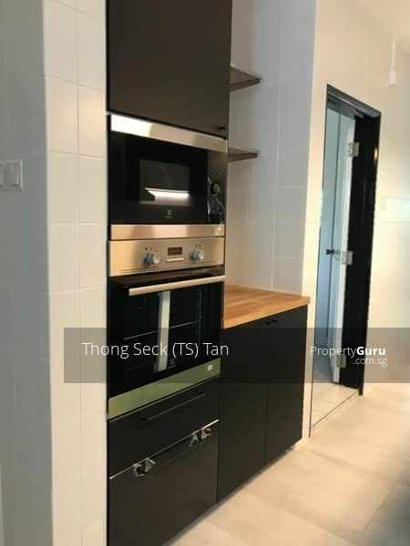 Beautiful fully equipped open concept kitchen with island