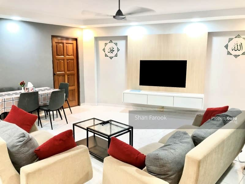 ATTRACTIVE LIVING & DINING AREA